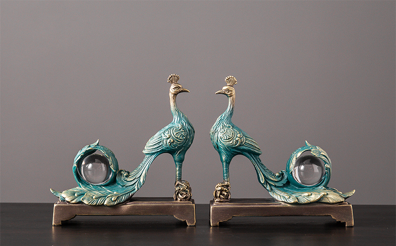 Beautiful Peacock Sculpture With Glass Ball Figurines Craft Abstract Ornament Hotel Home Crafts Room Decor Objects Accessories