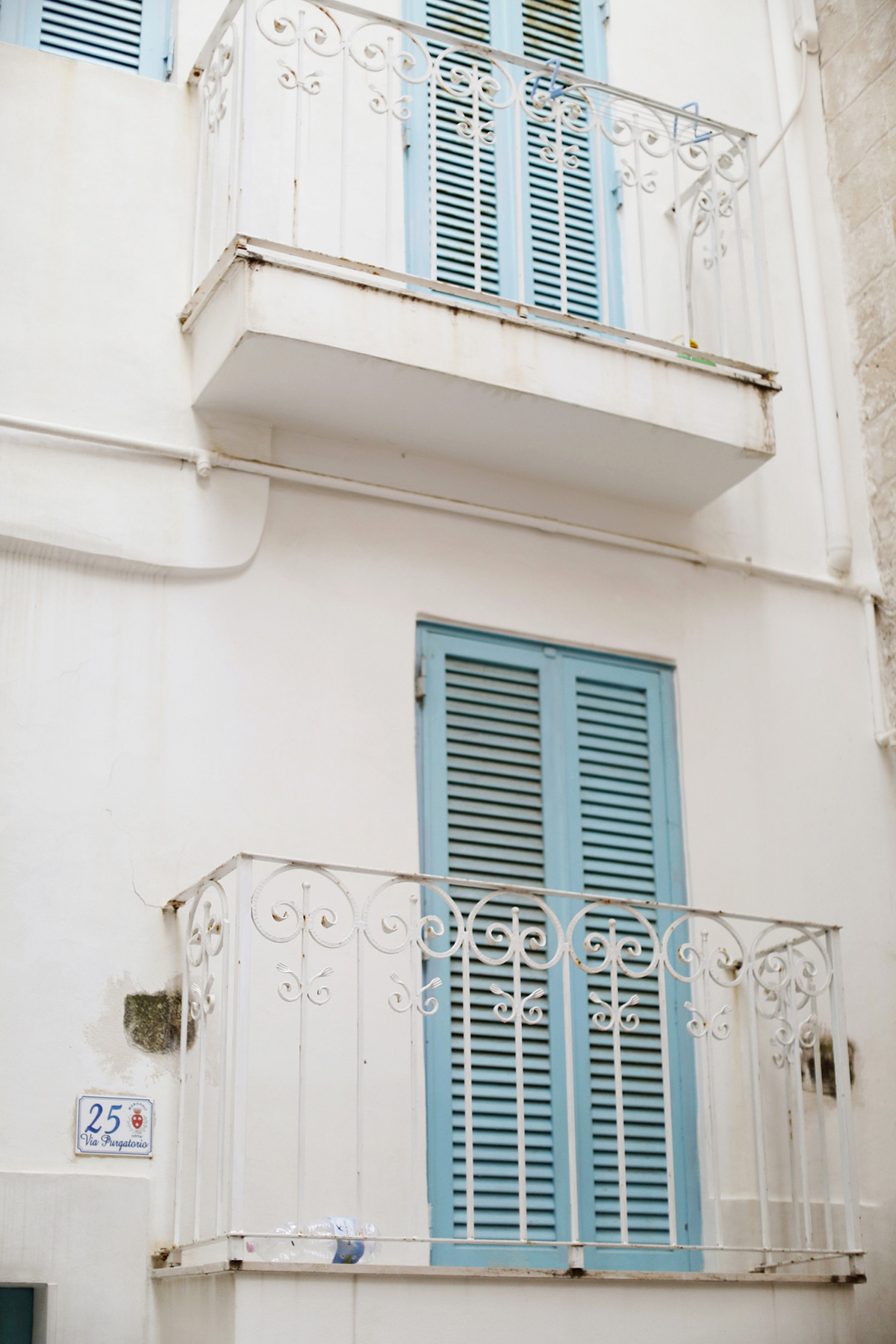 شرفات بيضاء وأبواب مصراع زرقاء في يوميات السفر البصري بوليا