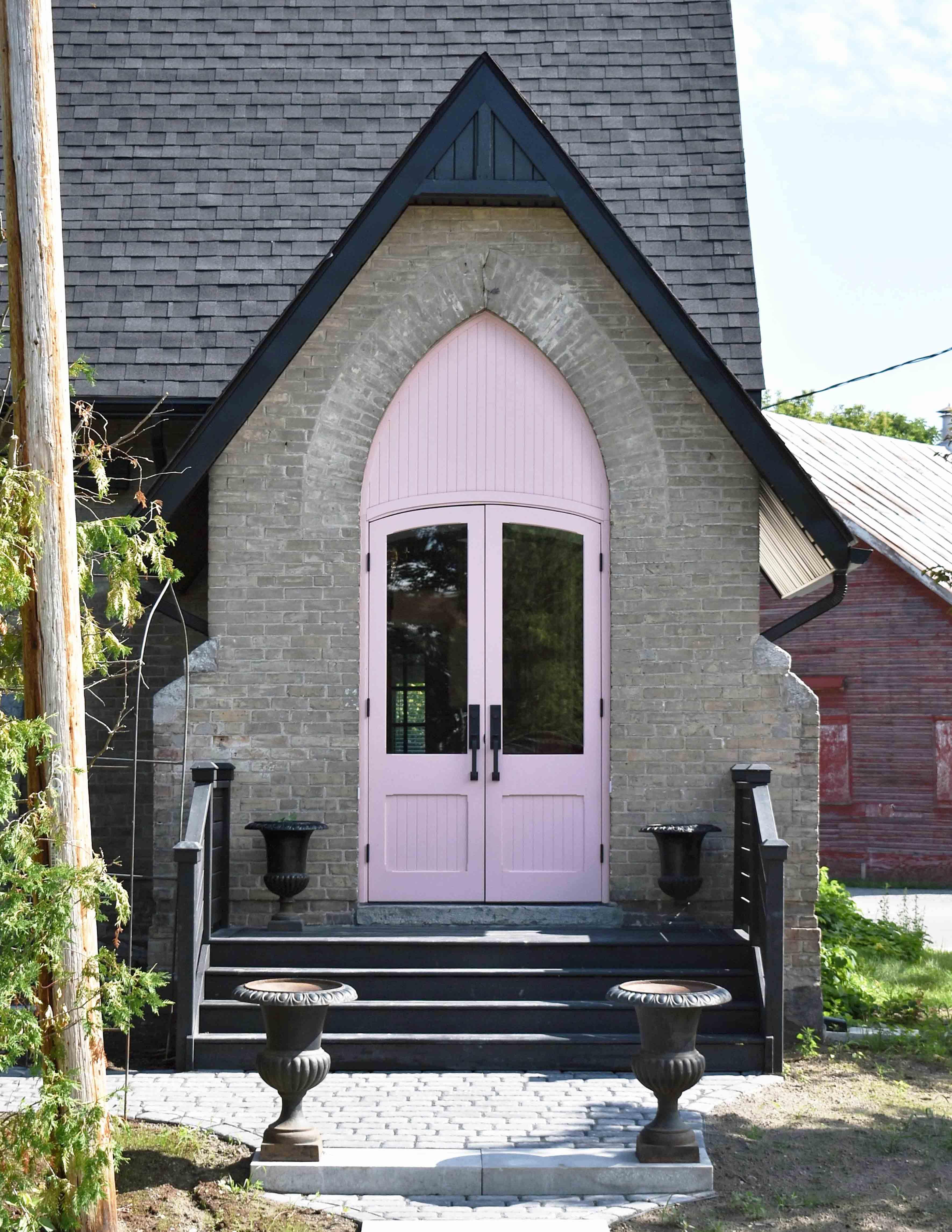 تحولت كنيسة من 1880s-Era إلى منزل لقضاء العطلات في أونتاريو ، بتصميم * إسفنج