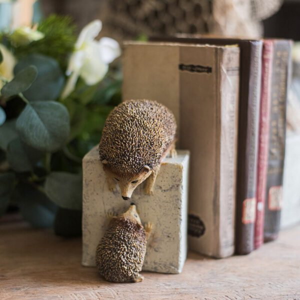 New Year Animal Statues Home Decor Crafts Resin Figurine A Pair Of Hedgehogs Trying To Escape From The Stone Ornaments اكسسوارات منزلية