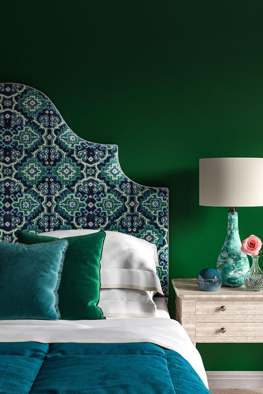 غرفة نوم باللون الأخضر والأزرق مع لوح رأسي رائع