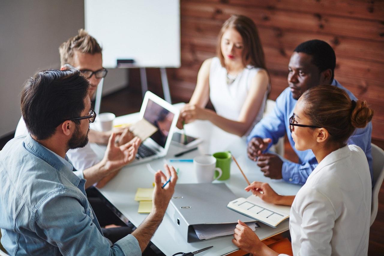 التواصل مع العملاء وفريق العمل