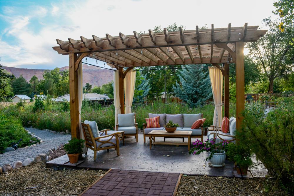 أفكار ديكور لجلسات الخريف في حديقة المنزل