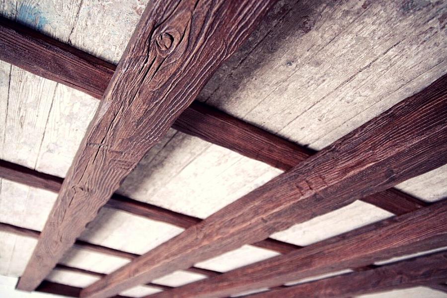 عوارض زخرفية على السقف – كيفية استخدام عوارض السقف الخشبية المزيفة في داخل المنزل