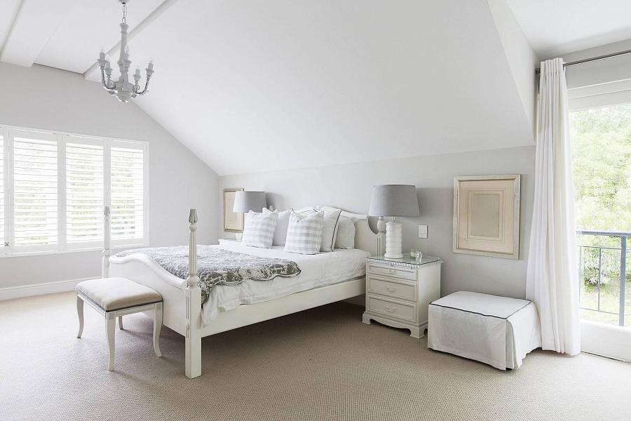 تصميم غرفة نوم مع أثاث أبيض