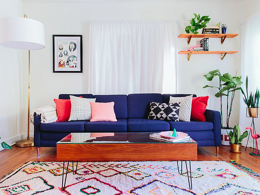 سجادة ملونة في داخل غرفة المعيشة