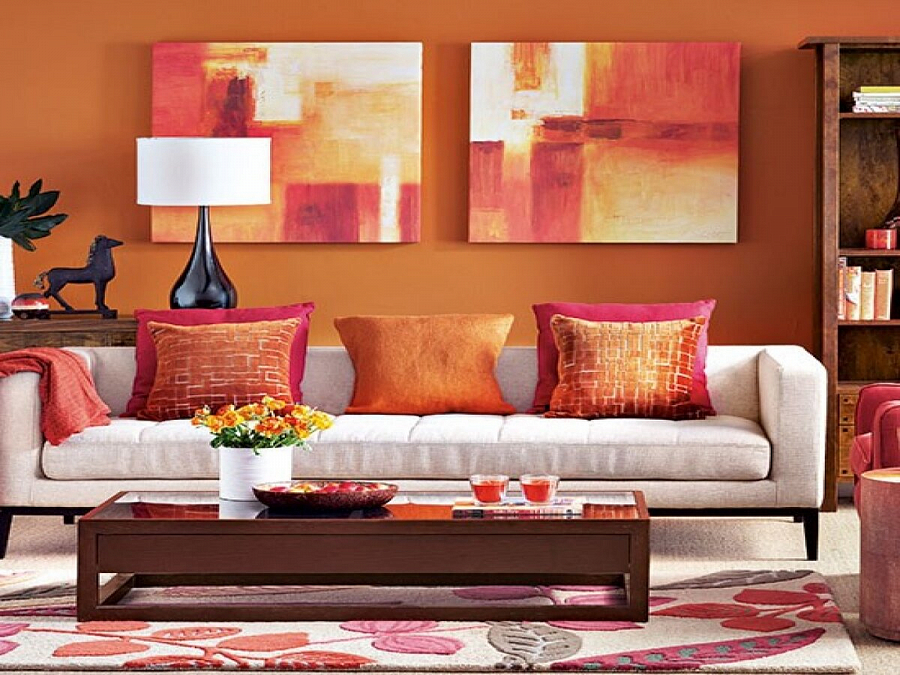 سجادة ملونة مع كومة في غرفة المعيشة