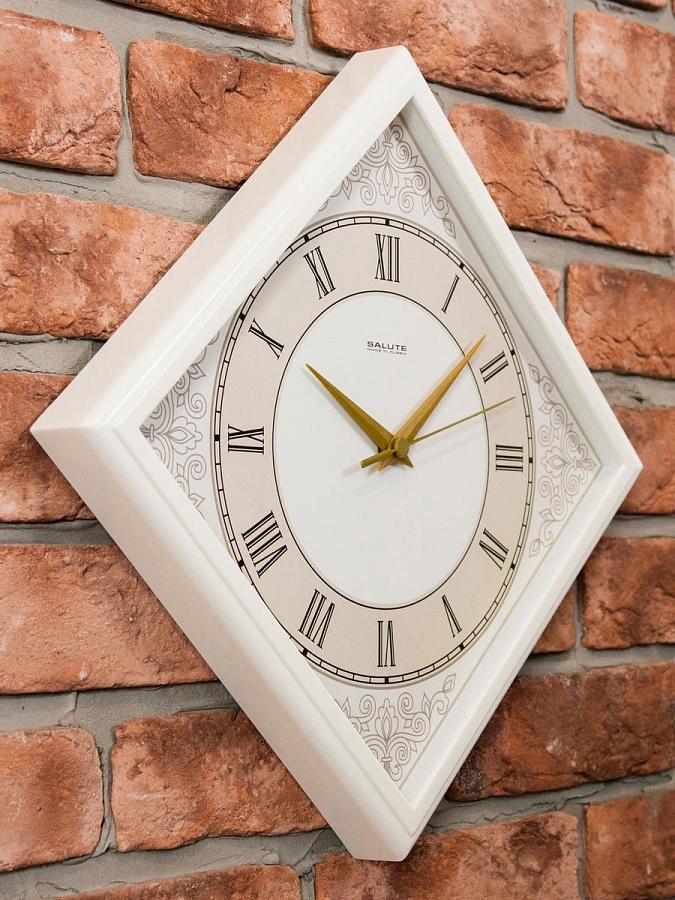 ساعة حائط كلاسيكية