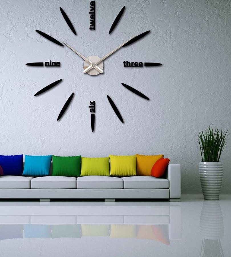 ساعة حائط في الداخل الحديث