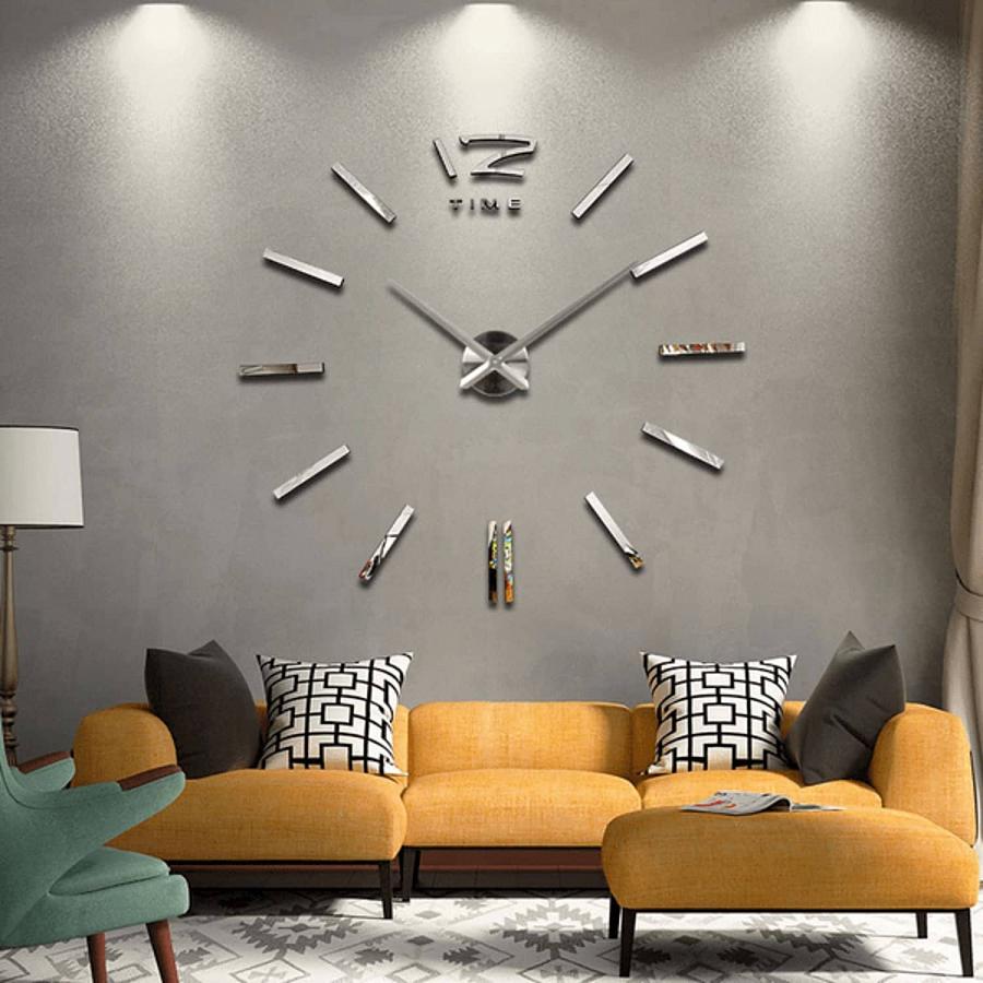 ساعة حائط في غرفة المعيشة