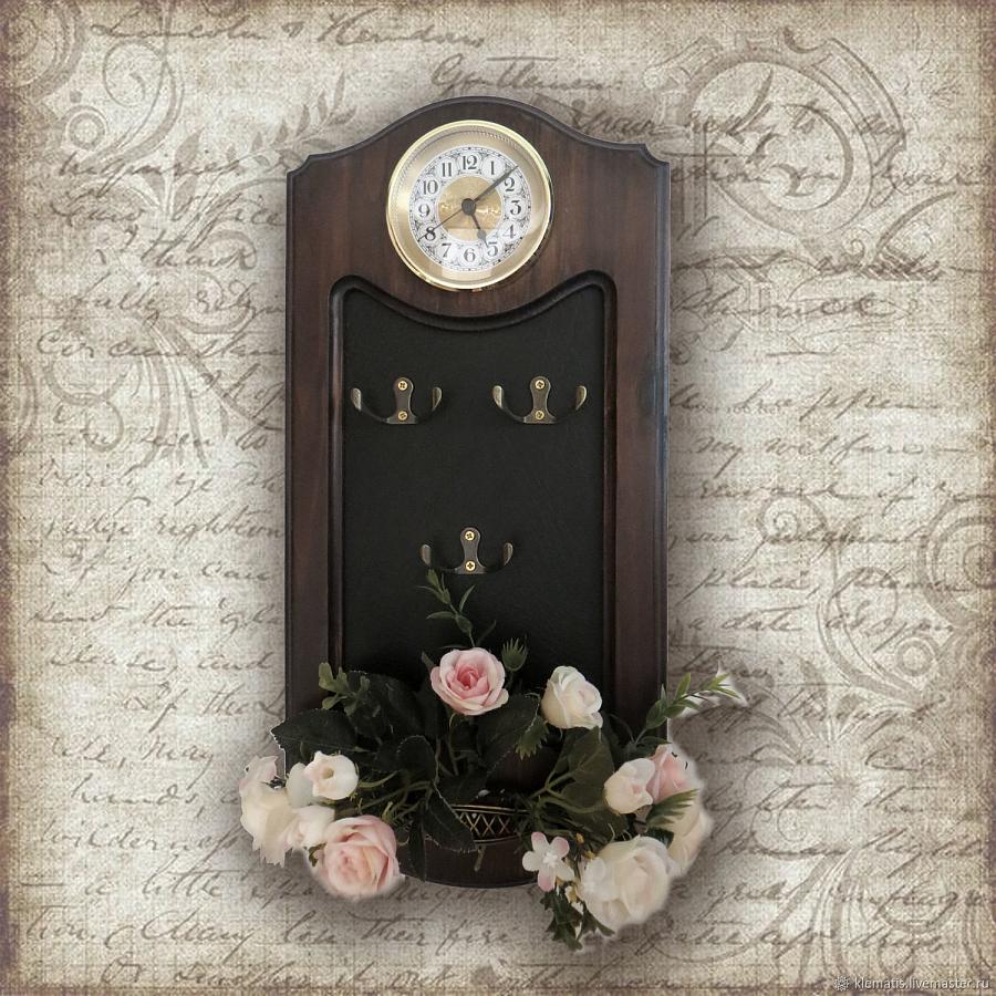 ساعة مع مفتاح حامل للرواق
