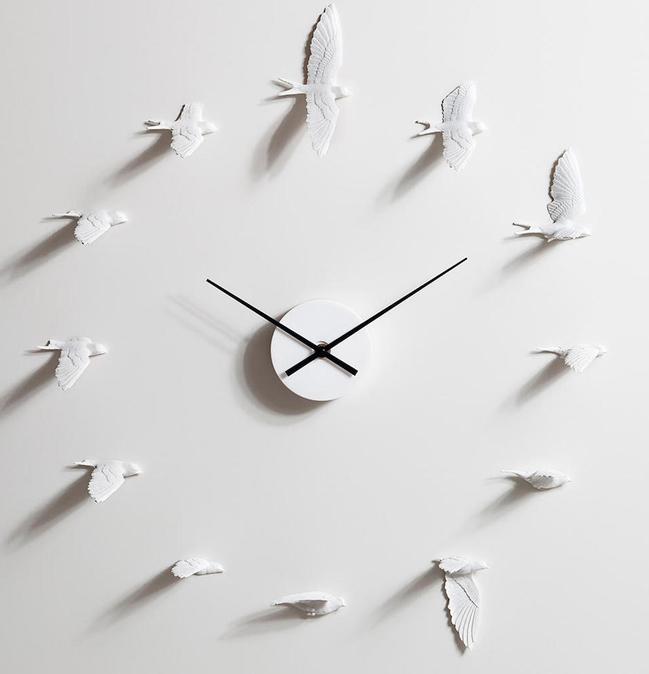 الساعة الداخلية في غرفة النوم