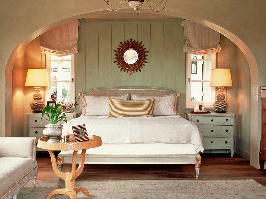 مرآة الشمس في داخل غرفة النوم فوق السرير