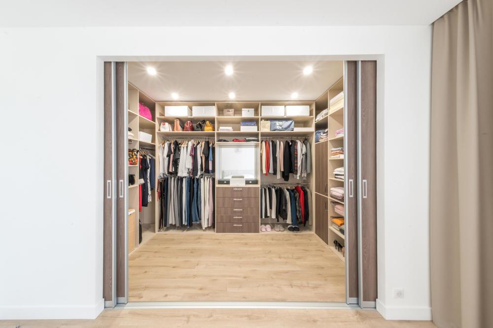 زخارف غرفة الملابس الضيقة بخطوات